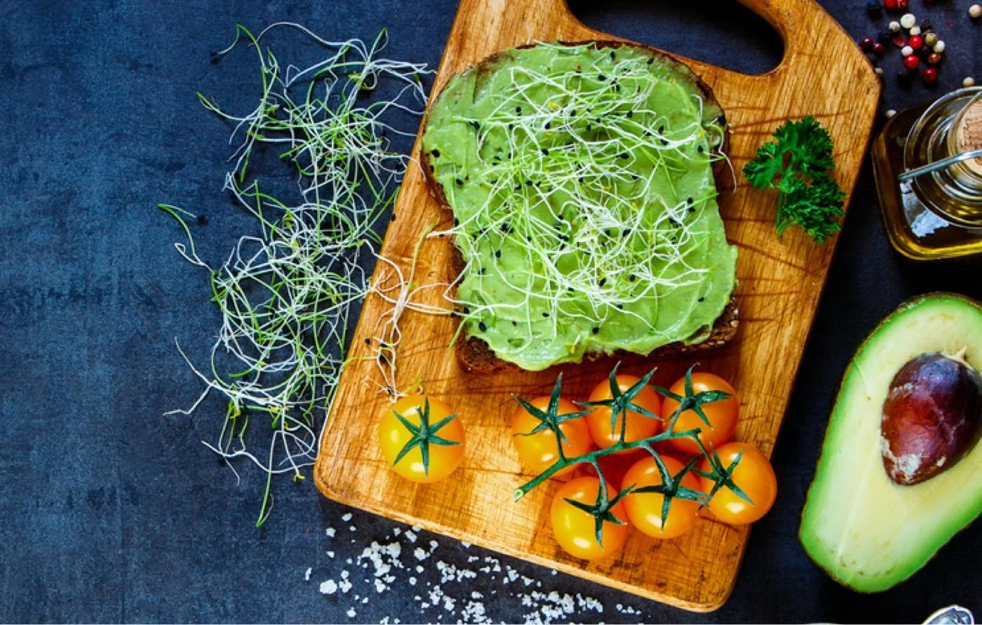 Ricetta per panino con guacamole, zucchine e germogli