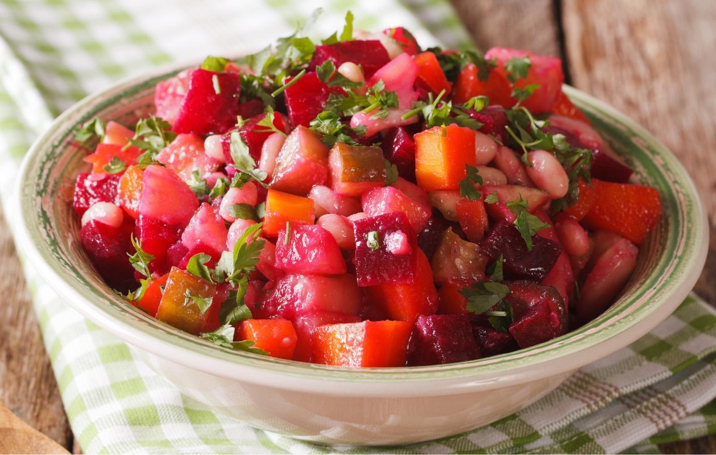 Insalata sfiziosa semplice da preparare a base di rapa rossa, carote rosse, cipolla rossa di tropea e pomodori datterino