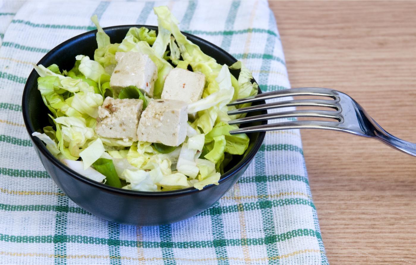 Scopri la ricetta semplice per preparare Insalata mista vegana con tofu e rucola fresca