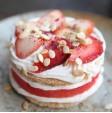 Ricetta a base di anguria rossa decorata con fragole fresche. Scopri la ricetta su FruttaWeb.com