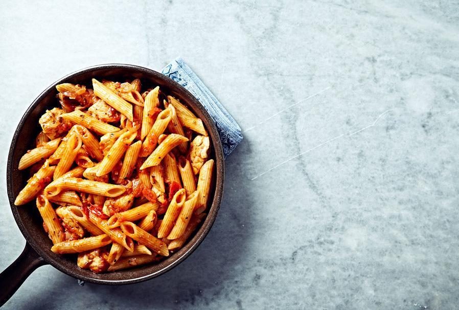 piatto di maccheroni al sugo calabrese di pesce pomodoro e bergamotto