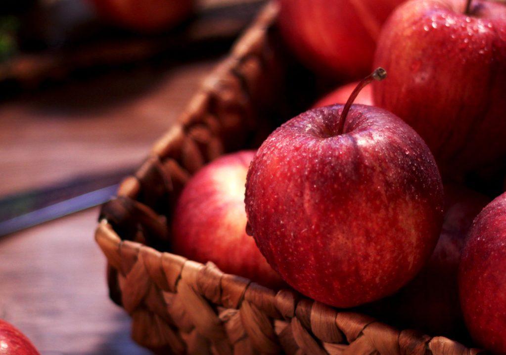 Mele fresche appena raccolte sono un cibo perfetto per abbassare il colesterolo