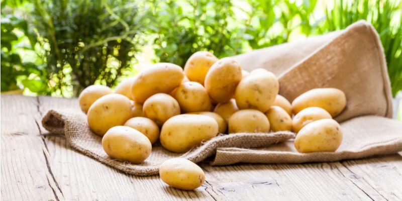 patate su tavolo