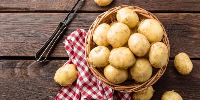 patate fresche su tavolo