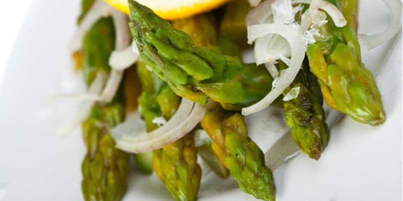 asparagi e cipolle in padella