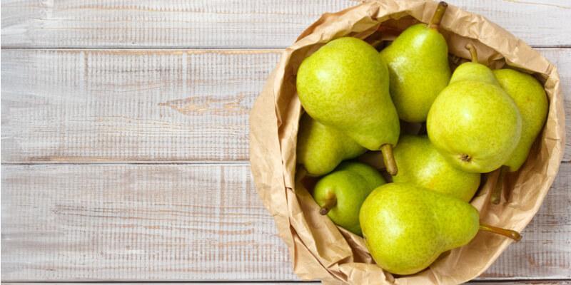cesto di pere fresche