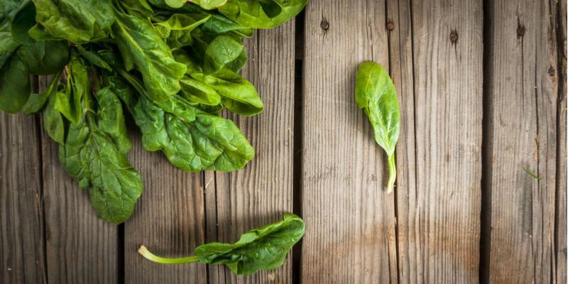 spinaci freschi su legno