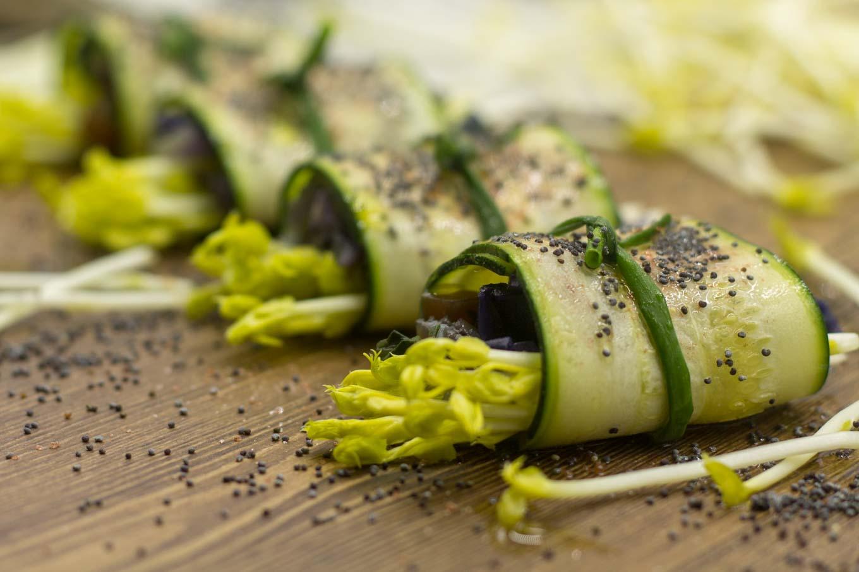 involtini crudisti con zucchine e germogli