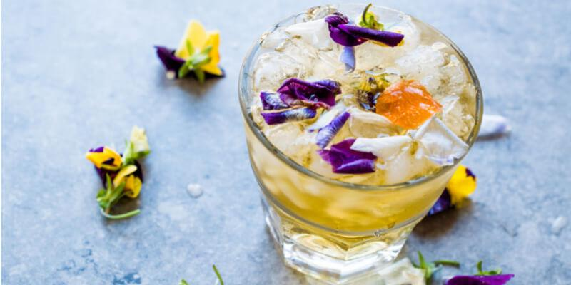 cocktail con fiori eduli