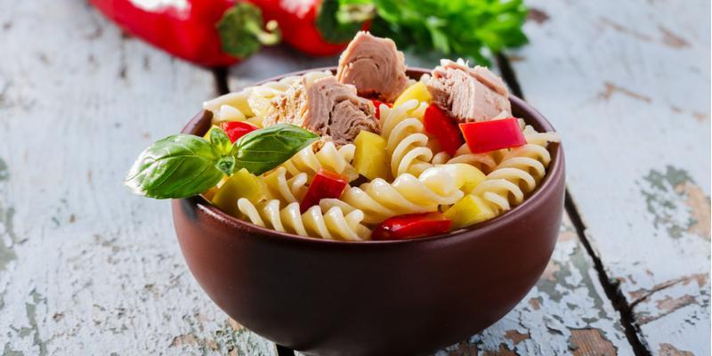 ricetta estiva pasta fredda con tonno pomodori e basilico