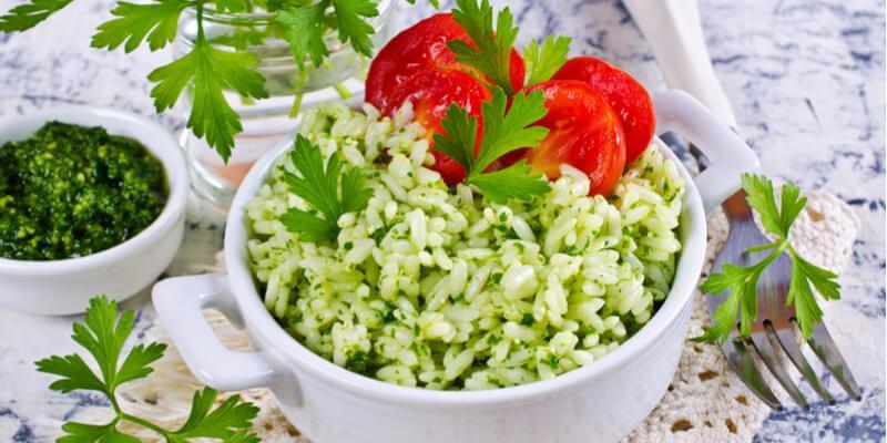 insalata di riso con pesto al basilico e pomodori